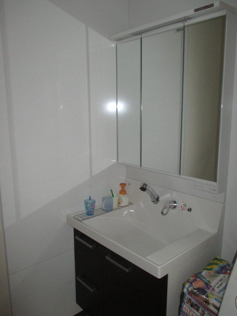 シンプルな色合いが落ち着く 洗面所リフォーム