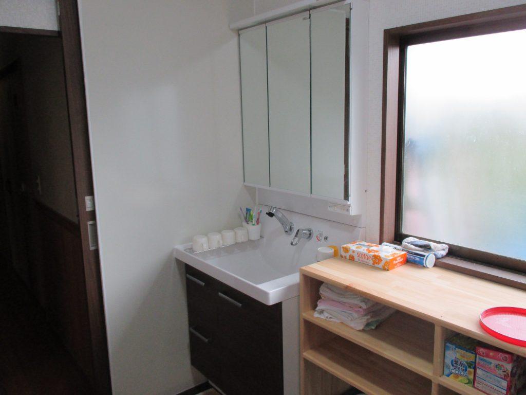 窓に合わせてピッタリ設置 洗面所リフォーム
