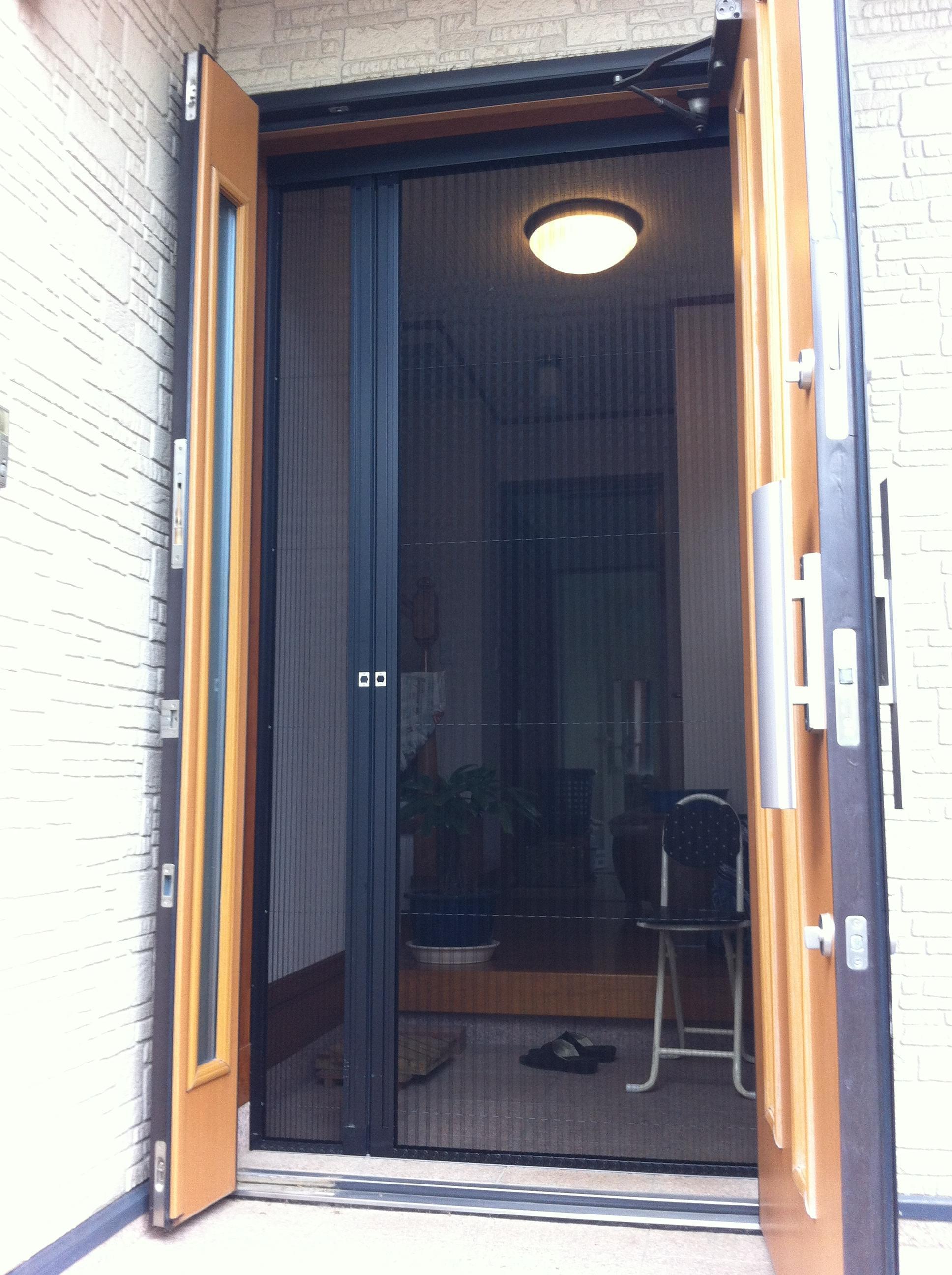 収納も簡単 玄関網戸リフォーム