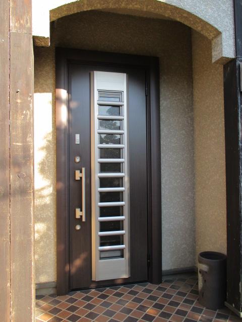光も入りやすくて明るい 玄関ドアリフォーム