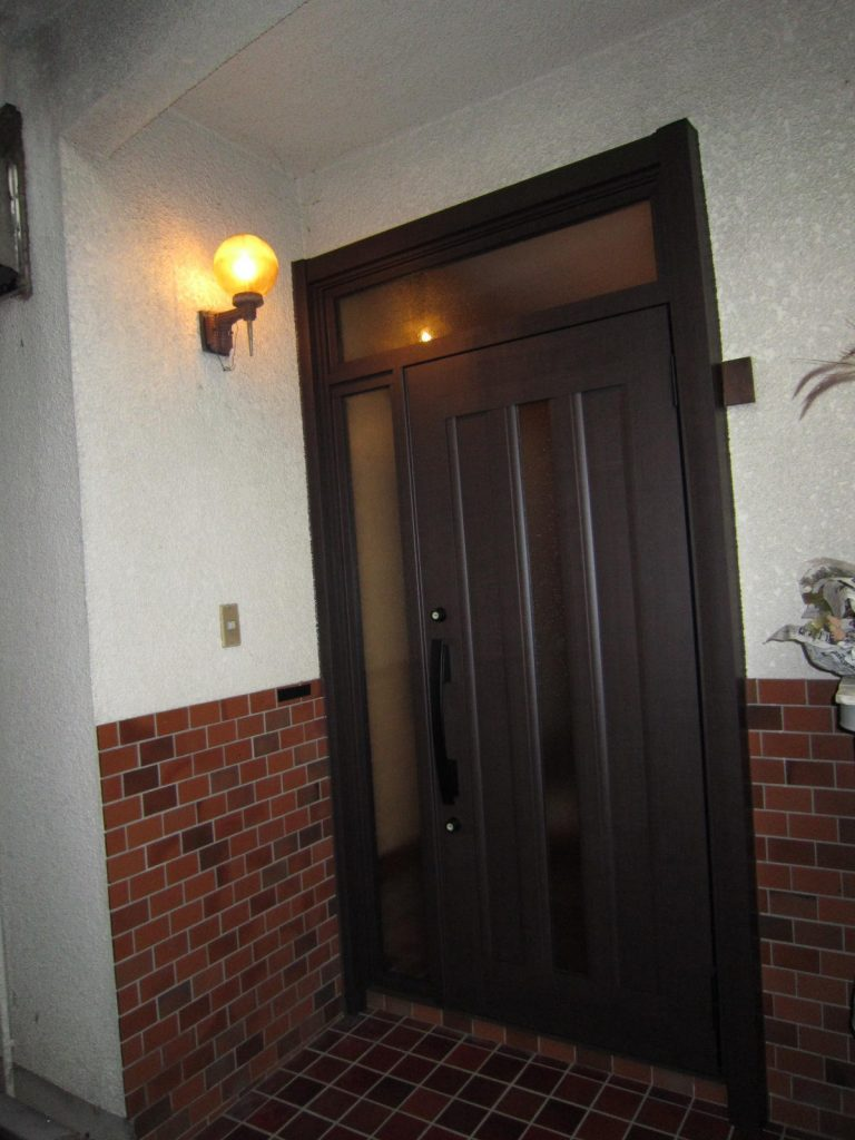 玄関中も陽で明るく 玄関リフォーム
